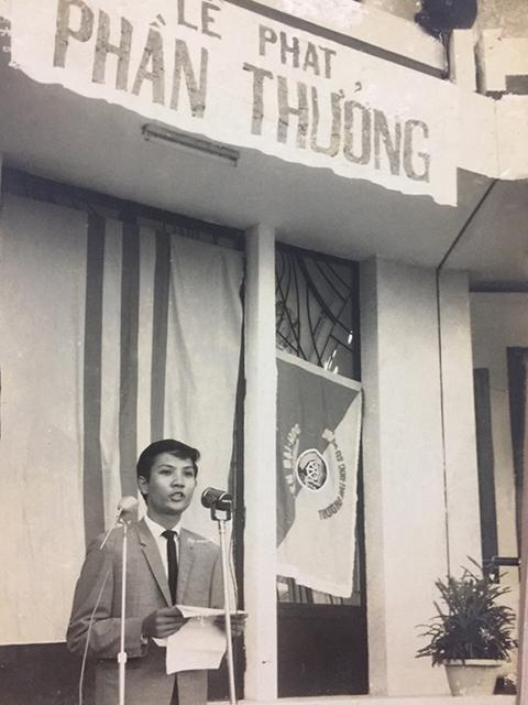 Ông Trần Hữu Long trong buổi lễ phát phần thưởng cuối niên khóa 1964-1965